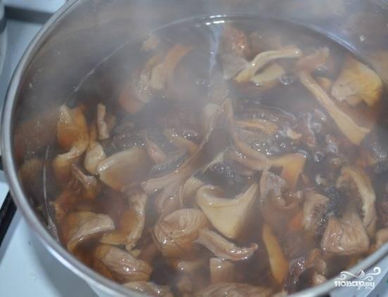 1.Сухие грибы замачиваем в 100 миллилитрах кипятка, после чего отправляем на огонь и варим 5 минут.