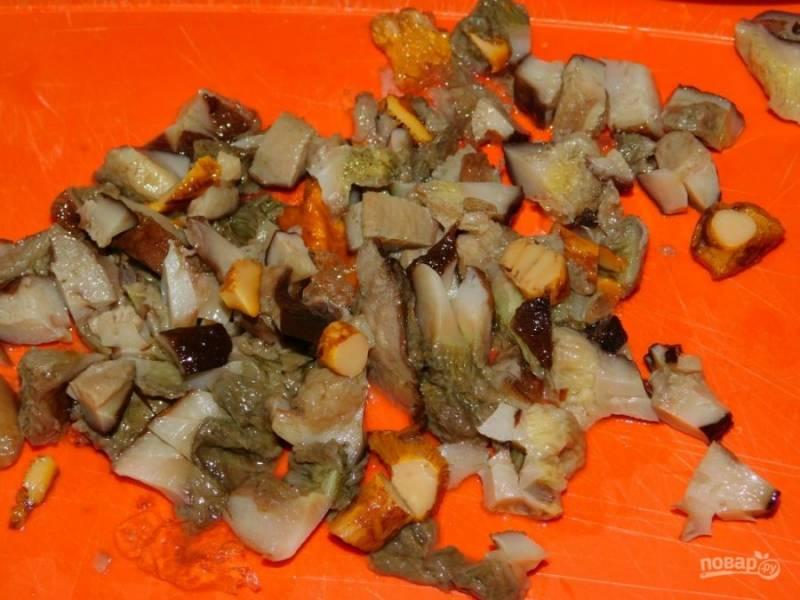 Добавьте в сковороду отварные лесные грибы. Обжарьте пару минут.