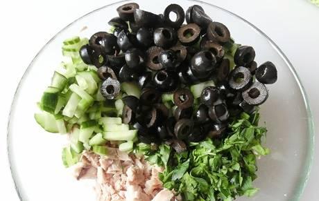 4. Добавим маслины, порезанные на четыре части. Туда же - обжаренные грибы вместе с луком.