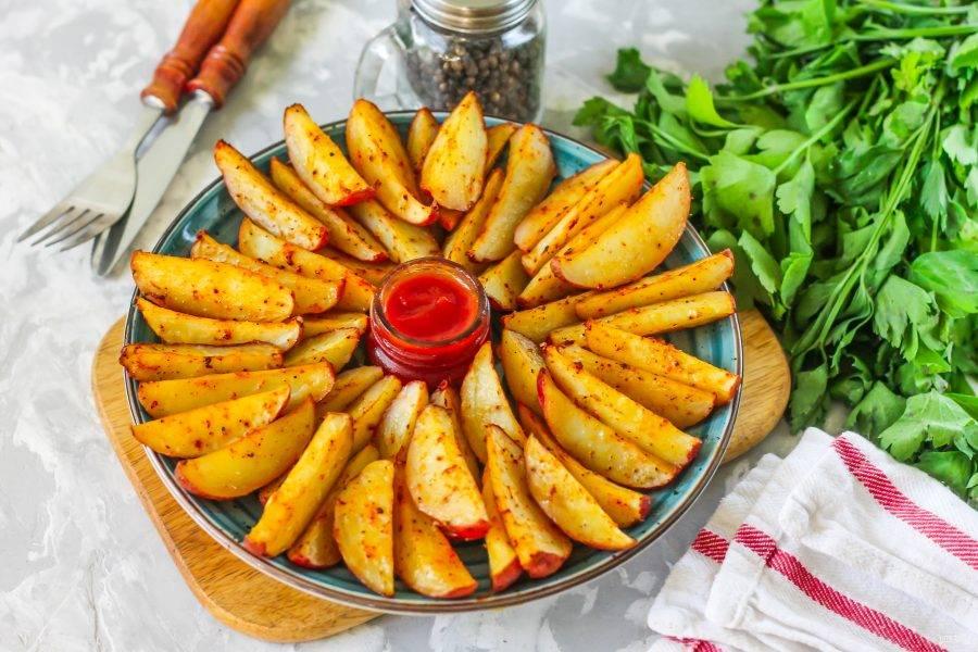 Выложите золотистую картошку на тарелки. Подавайте вместе с соусом: кетчупом, майонезом, сметаной и т.д.
