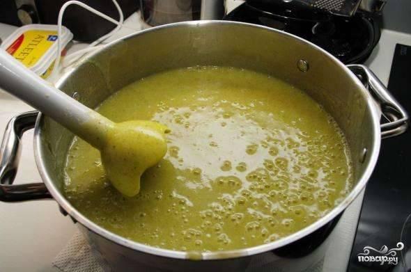 Ввести в суп теплые сливки, смешанные с яичным желтком, добавить специи, перемешать. Прогреть на плите, не доводя до кипения.