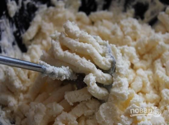2. Тщательно перемешайте все до однородности. Очень удобно делать это толкушкой для картофельного пюре.