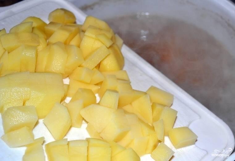 4.По прошествии указанного времени добавляем к ребрам картошку. Вода должна лишь слегка закрывать картофель, даже не полностью. Продолжаем варить еще 10 минут.