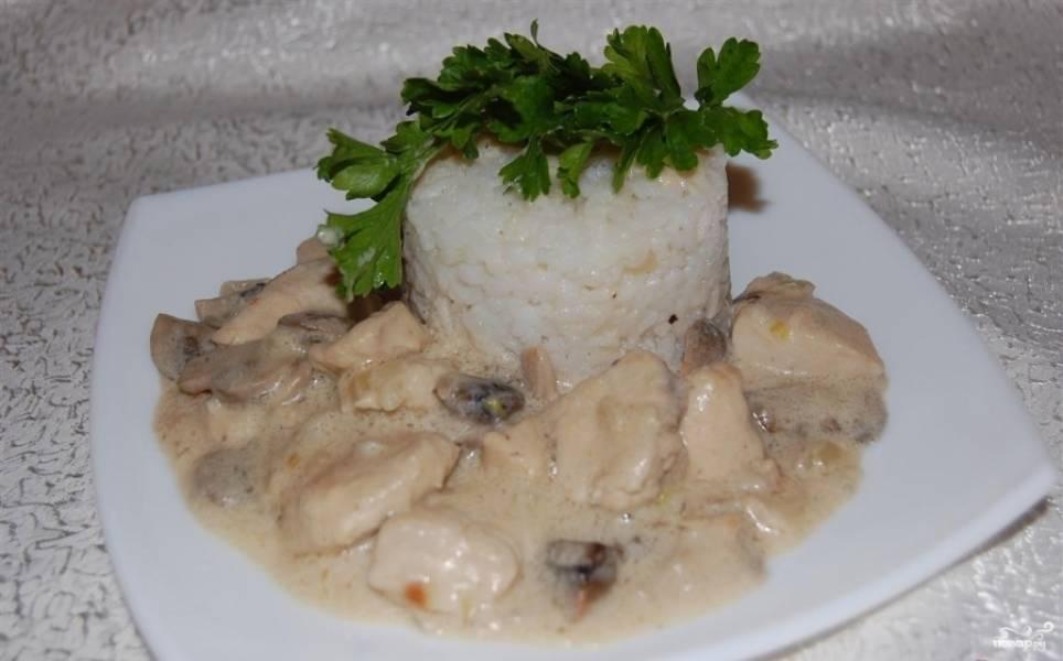 Подавайте грудку с приготовленным ранее рисом. Приятного аппетита!