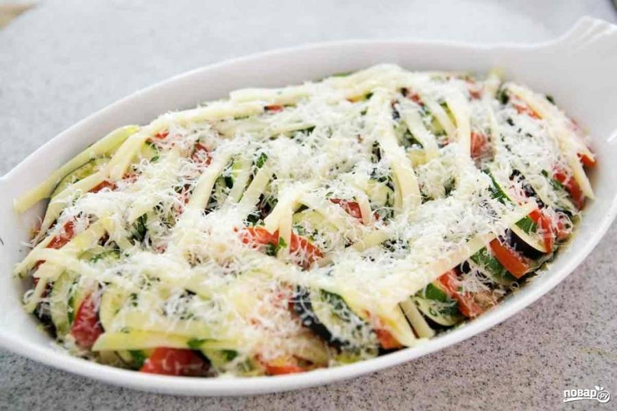 Посыпьте все любимыми специями, измельченной зеленью по вкусу, посолите и поперчите. Обильно посыпьте тертым сыром. Накройте форму фольгой, отправьте её в разогретую духовку на 40 минут.