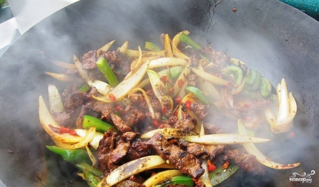 Затем добавьте в овощи мясо, обжарьте вместе, перемешивая.