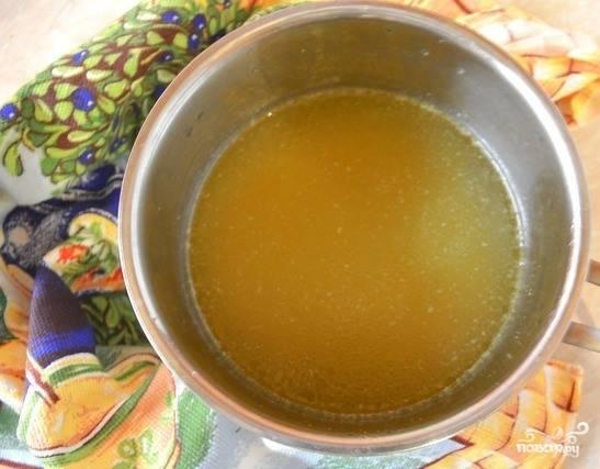 Куриные крылышки промойте под проточной водичкой и положите в кастрюльку, залейте чистой питьевой водой. Поставьте на плиту и доведите до кипения. Варите сорок минут до полной готовности. Затем бульон остудите и процедите.