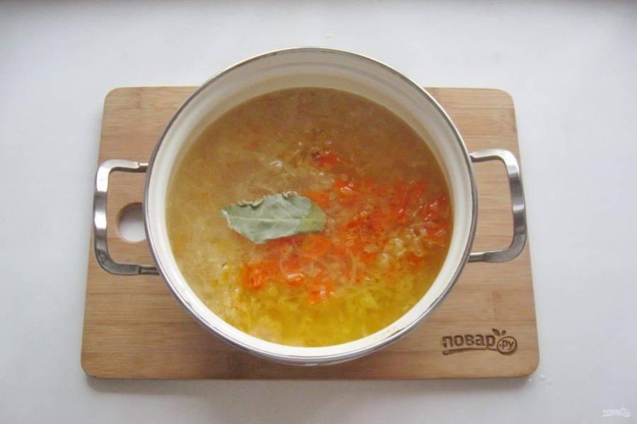 На этом этапе можно добавить лавровый лист, соль и перец по вкусу.