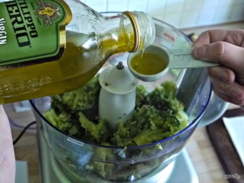 Добавьте масло, сок лимона и специи по вкусу.