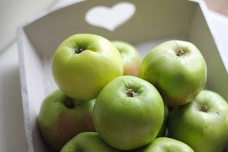 1. Первым делом нужно налить в кастрюлю яблочный сок, воду и всыпать сахар. Поставить на огонь. А тем временем вымыть, очистить яблоки.