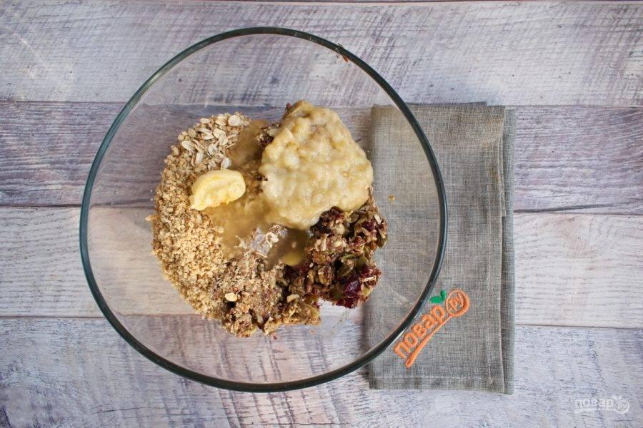 Замоченные сухофрукты, цукаты, семена тыквы и подсолнечника пробейте блендером до однородной массы. Добавьте сливочное масло, мед, банановое пюре и перемешайте до однородной массы.