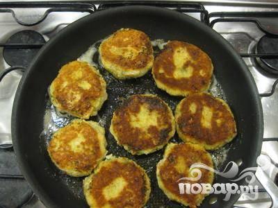 7. Достать пирожки из холодильника, обвалять в муке, обмакнуть во взбитое яйцо и обвалять в панировочных сухарях. Обжарить в сливочном масле или на гриле.