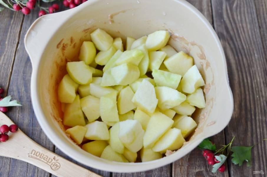Вымойте яблоки, удалите сердцевинки, кожуру. Порежьте крупно. Введите в тесто.