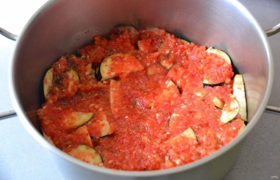 Снова добавьте томатно-перечную смесь. Чередуйте слои несколько раз.