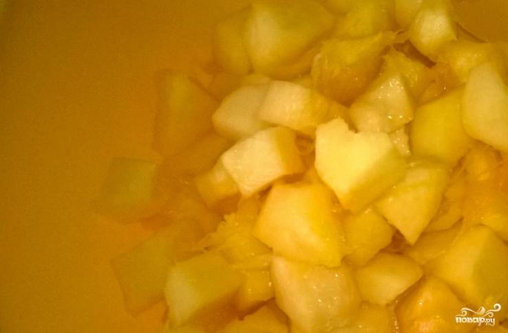 1. Вымойте тыкву и нарежьте ее небольшими кубиками, предварительно избавив от кожуры. Залейте в кастрюлю воду, добавьте сахар и тыкву кубиками. На мелком огне доведите массу до кипения.