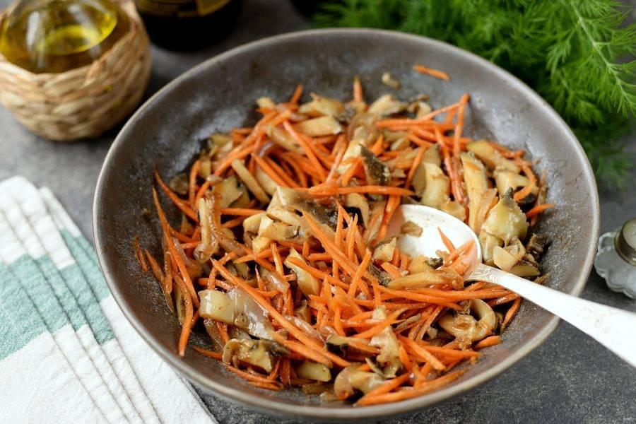 Перемешайте содержимое миски, оставьте мариноваться минут на 30 минимум, хотя вкусно будет сразу же после приготовления.