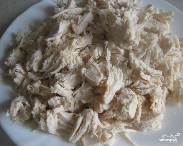 3. Нарезаем куриное филе тонкими ломтиками и выкладываем первым слоем на блюдо. Салат лучше делать слоеный и оставлять его в холодильнике на час-два, чтобы он пропитался и все компоненты друг друга дополнили.
