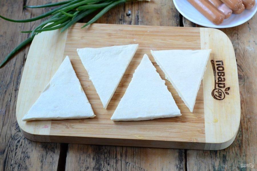 Тесто порежьте на треугольники, как для рогаликов.