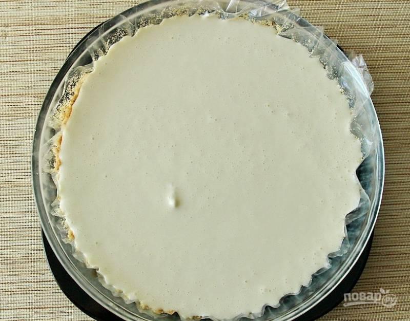 На тесто влейте 2/3 части творожной начинки.