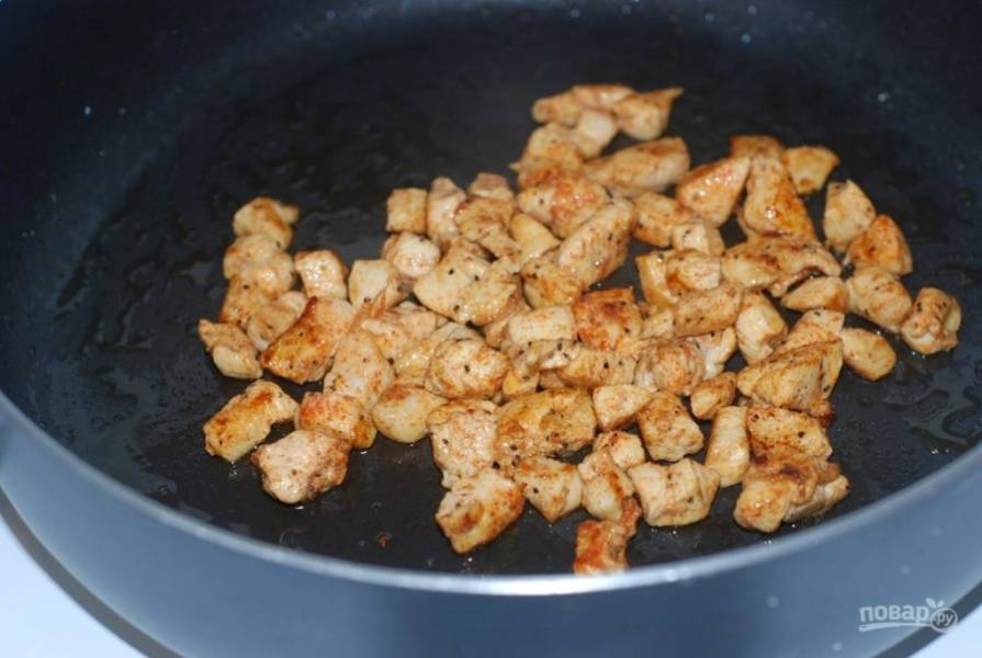 1. Обжарьте небольшие кусочки мяса, приправленные солью, перцем и тмином до готовности.