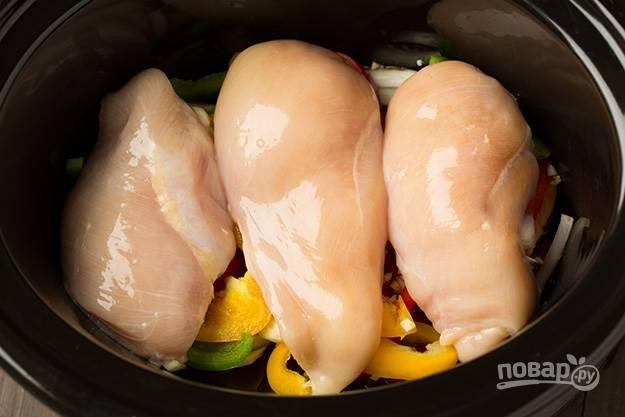 3.Мою куриное филе, вытираю его салфетками, выкладываю целым в мультиварку.