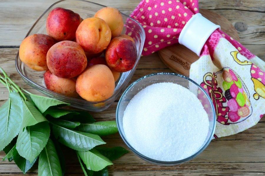 Подготовьте все необходимые ингредиенты. Абрикосы выбирайте мягкие и сочные, из таких варенье получится наиболее вкусным.