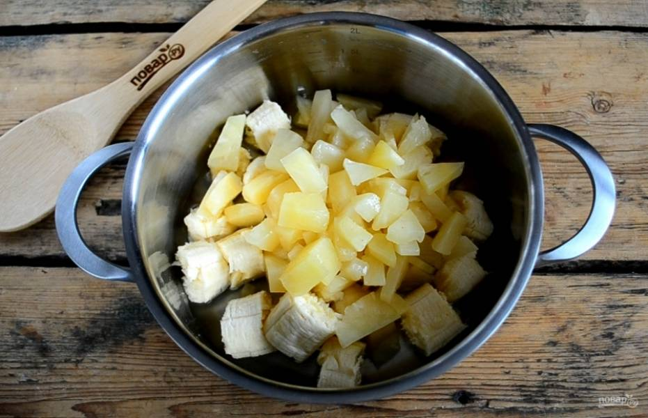 Добавьте кусочки ананаса.