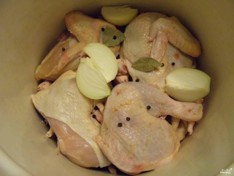 Возьмите удобную глубокую кастрюлю, сложите в неё мясо, лавровый лист, перец горошком и очищенную луковицу. Крупную луковицу можно разрезать на 4 части.