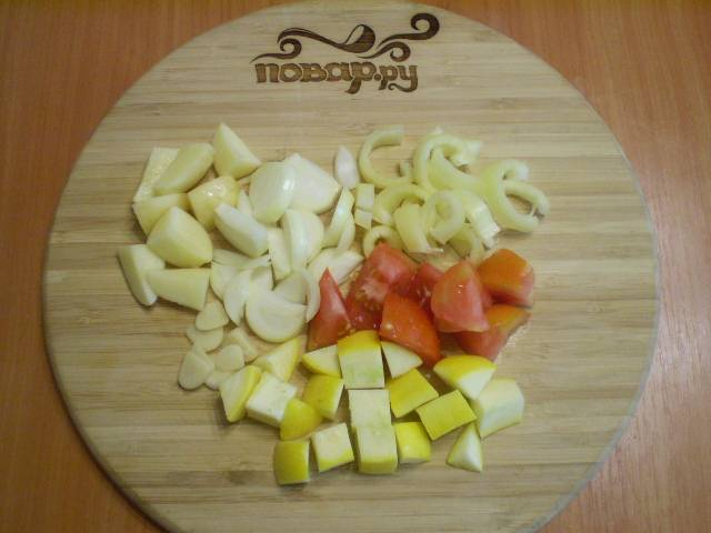 Все овощи режем на примерно одинаковые кусочки.