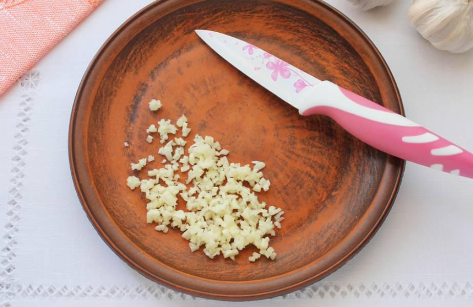 Чеснок очищаем и пропускаем через пресс (или измельчаем его при помощи ножа).