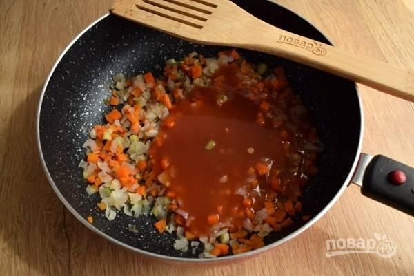 Лук, морковь очистите, нарежьте мелкими кубиками. Пассеруйте овощи на разогретом масле до мягкости. Добавьте томатное пюре, доведите до кипения и готовьте в течение 2 минут. Отправьте в кастрюлю, проварите 5 минут.
