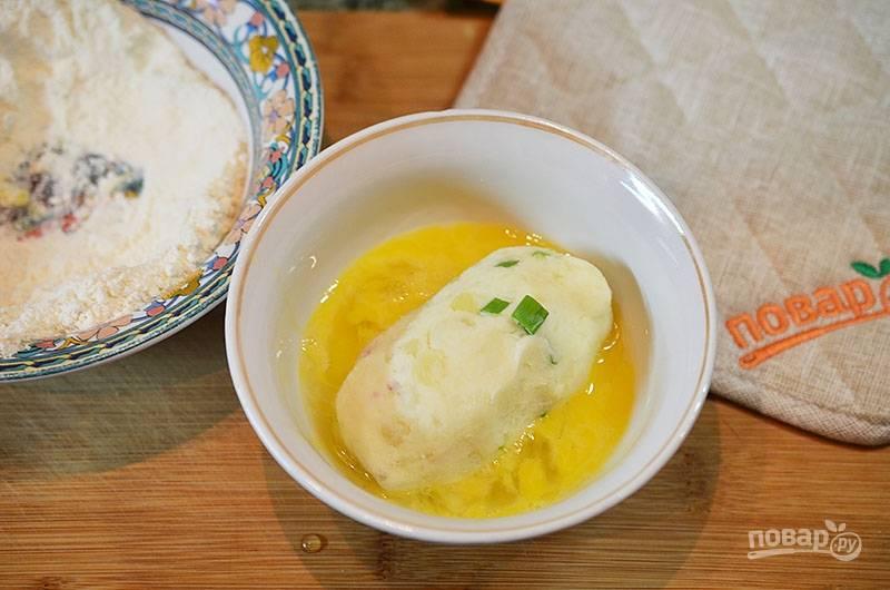 Окуните каждую в яйцо, затем — в муку.
