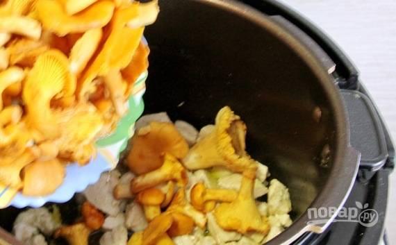 Грибы замочите в холодной воде, тщательно их промойте и почистите. Обсушите и добавьте к курице целиком, если грибочки мелкие. Вместо лисичек можно вполне использовать обычные шампиньоны.