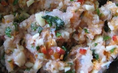 Овощи смешайте с куриным фаршем. Посолите и добавьте специи по вкусу.