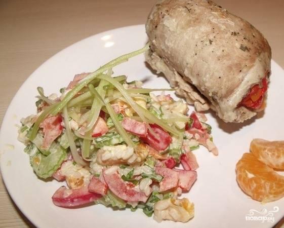 Нарежьте копченую курицу без кожи и костей на продольные полосочки и выложите к остальным ингредиентам. Заправьте салатик соусом карри по вкусу и присолите. Хорошенько все перемешайте. Подавайте к столу!