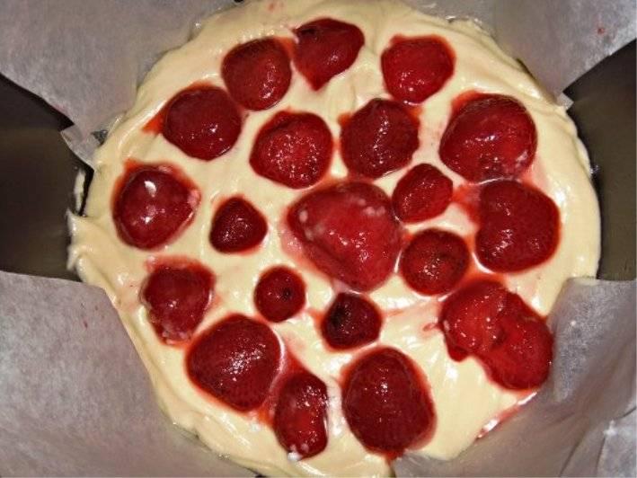 Обваляйте ягоды клубники в сахарной пудре и выложите поверх теста. Закройте крышку и готовьте в режиме выпечки в течение 70 минут. Готовый торт выньте из мультиварки, посыпьте сахарной пудрой, также можно украсить кремом, и подайте на стол.