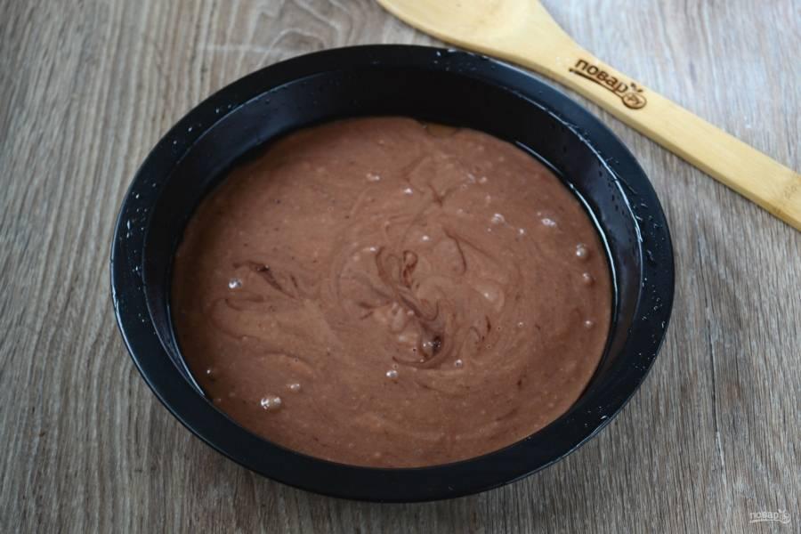 Вылейте шоколадное тесто в форму для выпекания (у меня форма диаметром 23 см.). Отправьте в духовку на 20 минут (температура — 180 С).