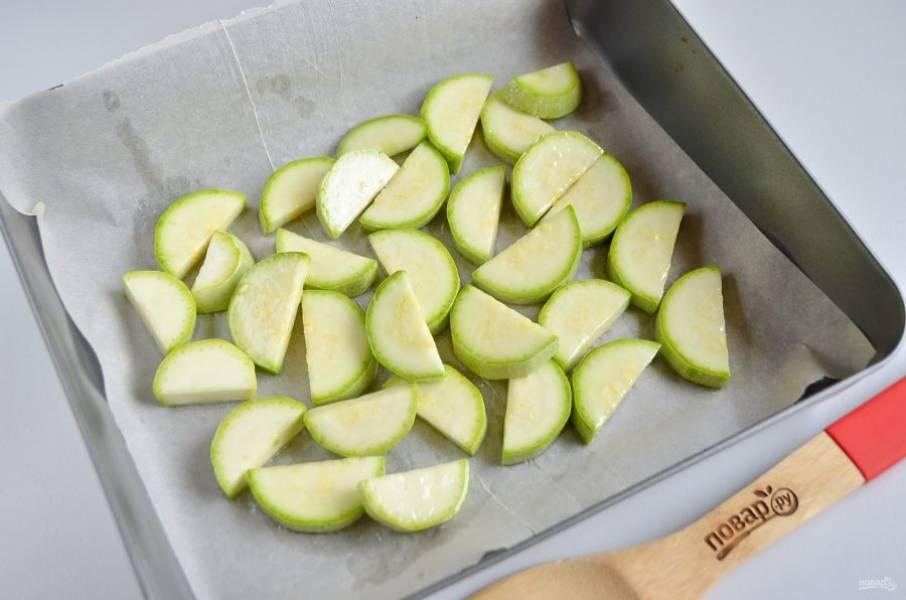 Кабачки обсушите от влаги, можно сполоснуть под проточной водой, а потом положить на бумажное полотенце. Сбрызните растительным маслом и отправьте в горячую духовку на 20 минут, температура – 220 градусов.