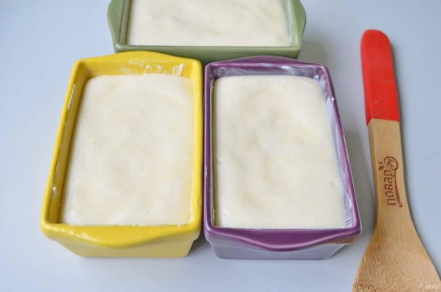 8. Выливайте тесто в формочки, недоливая до самого края 1-2 см, можно и чуть больше. Они хорошо растут в духовке!