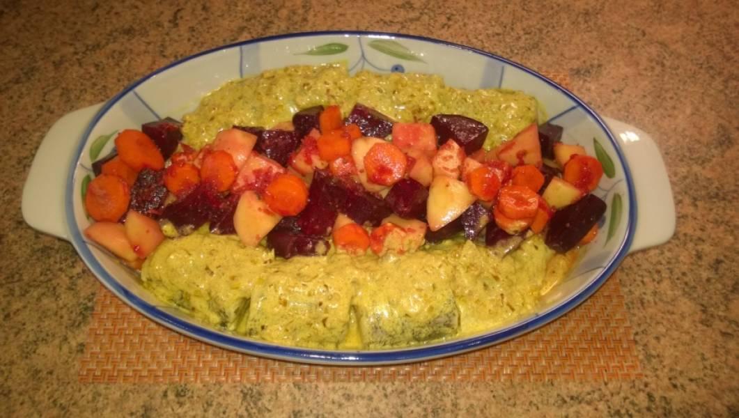 6. К овощам добавить 1 столовую ложку растительного масла, перемешайте. Овощи готовы для запекания. Теперь займемся рыбой. Возьмите подходящую форму. Я пользуюсь керамической. На дно налейте чуть-чуть растительного масла. Рыбу хорошо обмакните в соусе и выложите по краям формы. Оставшийся соус выложите сверху на рыбу. Овощи выложите между рыбками.