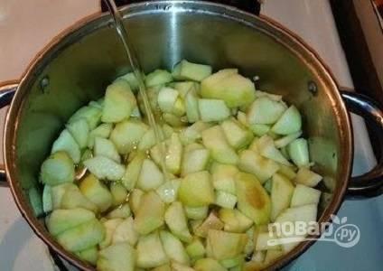 Добавьте воду к яблокам и поставьте на огонь. Варите, пока яблоки не станут мягкими.