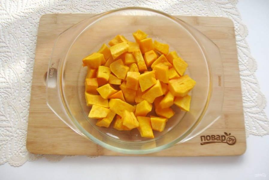 Полейте тыкву растительным маслом и перемешайте. Поставьте в духовку и запекайте 15 минут при температуре 180-200 градусов.