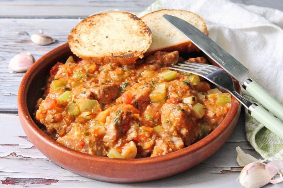 Рагу со свининой по-итальянски готово. Приятного аппетита!