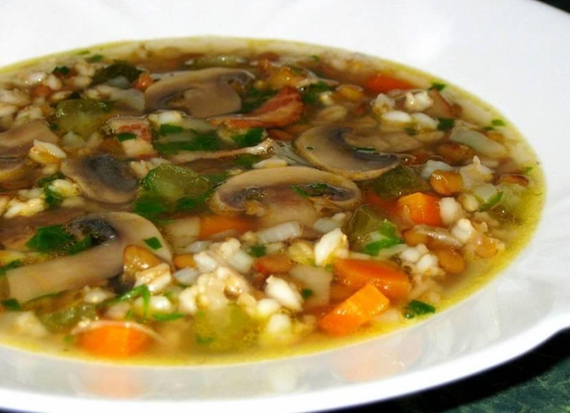 При подаче присыпьте суп зеленью. Вкусно его подать со сметаной. Приятного аппетита!
