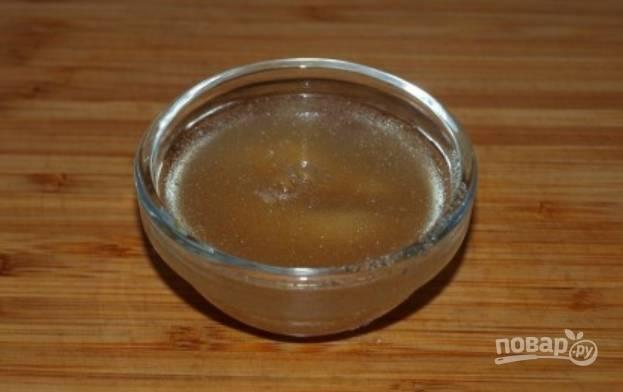 Залейте холодной водой желатин, и дайте ему набухнуть.