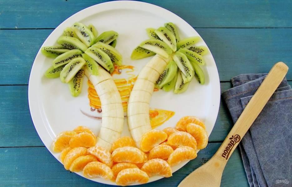 Пальма из фруктов готова. Фруктовую тарелку подавайте сразу к столу. Приятного аппетита!