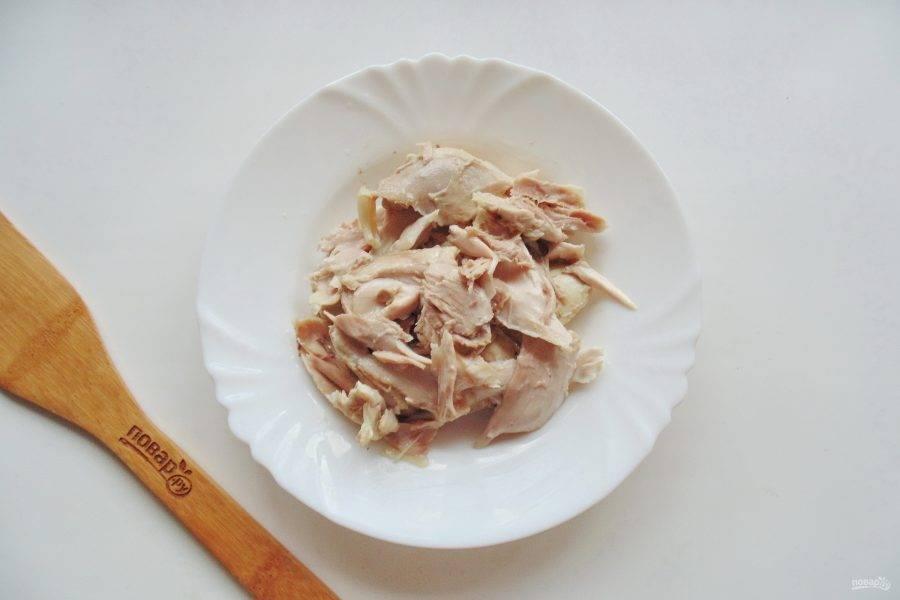 Разберите отварную курицу, удаляя кости. Должна остаться одна мякоть.