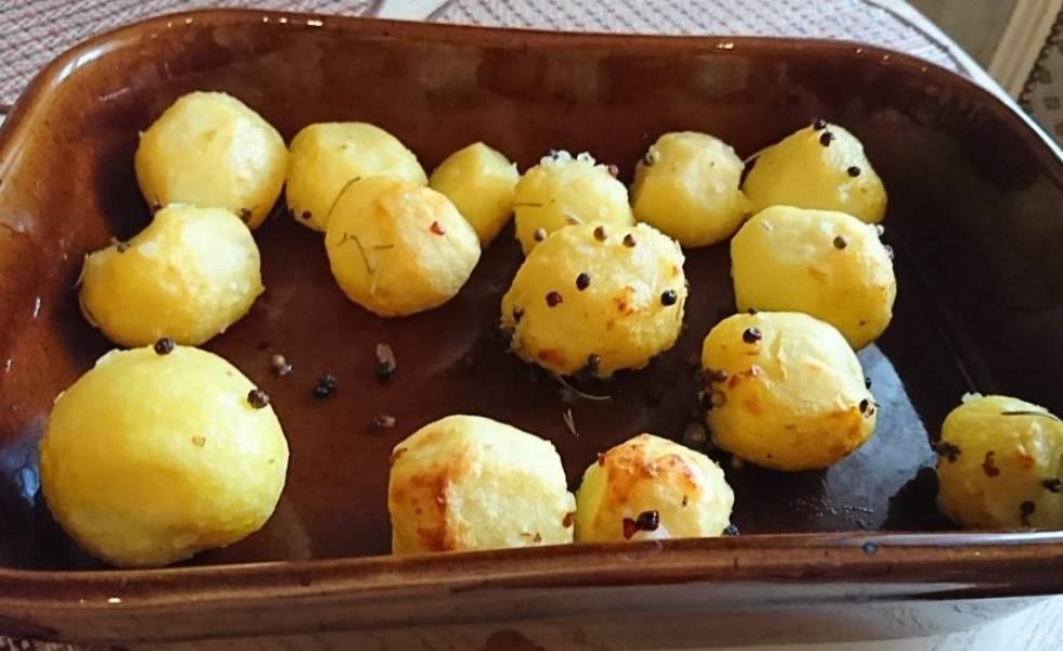 Отварите картофель в мундире до готовности. Остудите его и очистите. Посыпьте солью, специями, оливковым маслом. Перемешайте. Выложите в форму и запекайте в духовке до золотистого цвета примерно 20-30 минут.