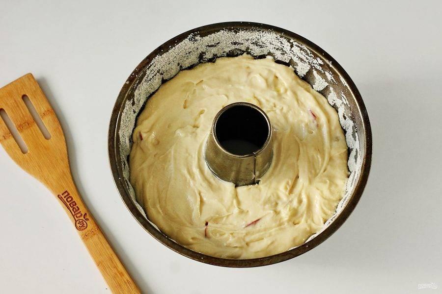 Переложите тесто в смазанную маслом форму для выпечки. Дно и бока обсыпьте манкой. Запекайте в духовке при температуре 180 градусов до румяного верха.
