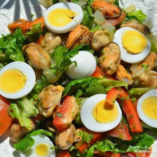 Отваренные вкрутую яйца нарезаем крупными ломтиками, выкладываем их поверх салата. Красочный, вкусный и питательный салат готов! :)